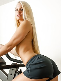 Busty blonde takes off her workout clothes to reveal a perfect body